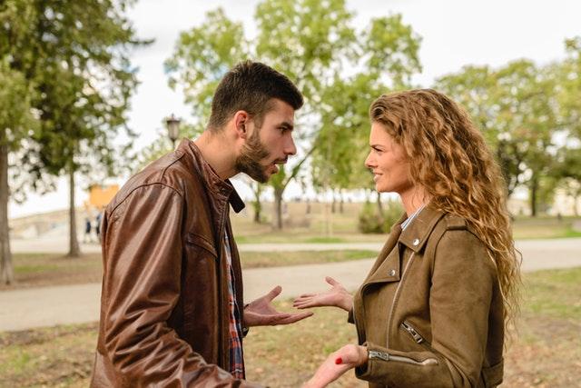 Muž so ženou v parku, nezhody, argumentácie