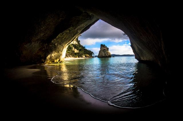 Pohľad na more z jaskyne so vstupom z vody