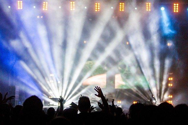 Ľudia na hudobnom koncerte.jpg