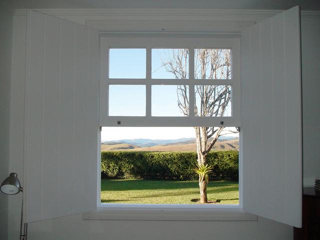 Otvorené okno, zeleň, záhrada