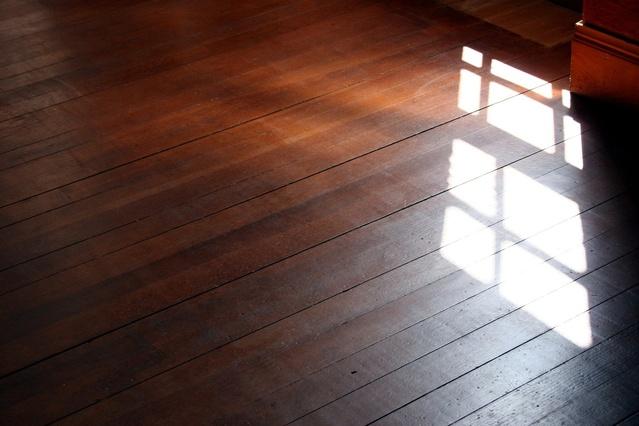 Drevená podlaha, svetlo z okien