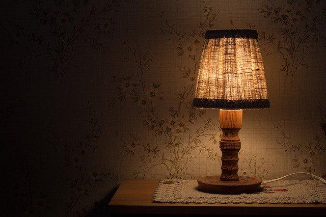 Zasvietená stolná lampa na stolíku