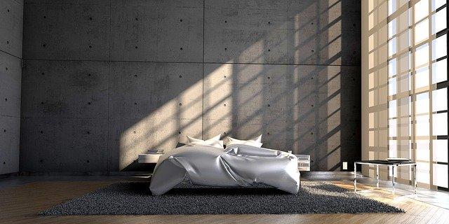 Manželská posteľ vo veľkej spálni s veľkým oknom