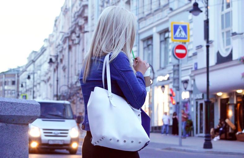 Mladá žena v meste, blondýna s kabelkou