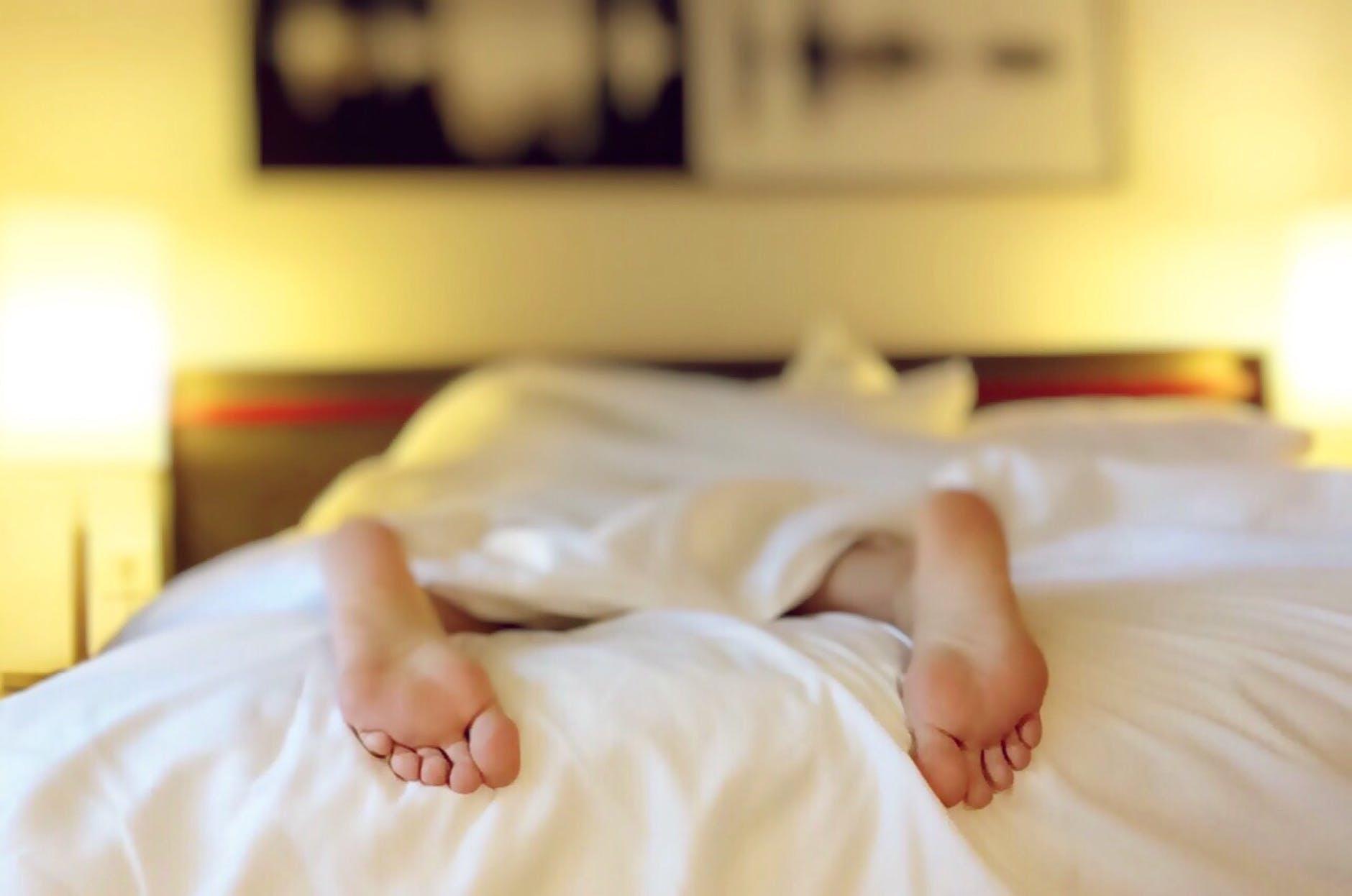 nohy, človek v posteli