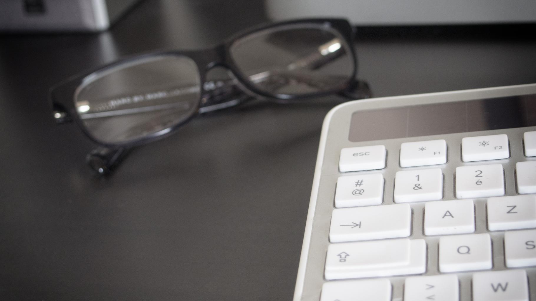okuliare, klávesnica